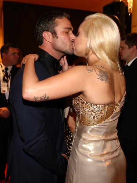 Lady Gaga and Taylor Kinney kissing Golden Globe